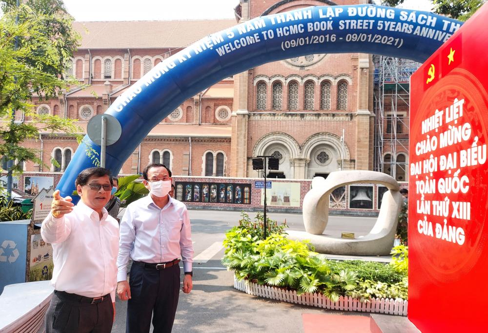 Giám đốc Công ty Đường Sách TPHCM Lê Hoàng giới thiệu tổng quan về Đường Sách với Bí thư Thành ủy TPHCM Nguyễn Văn Nên.
