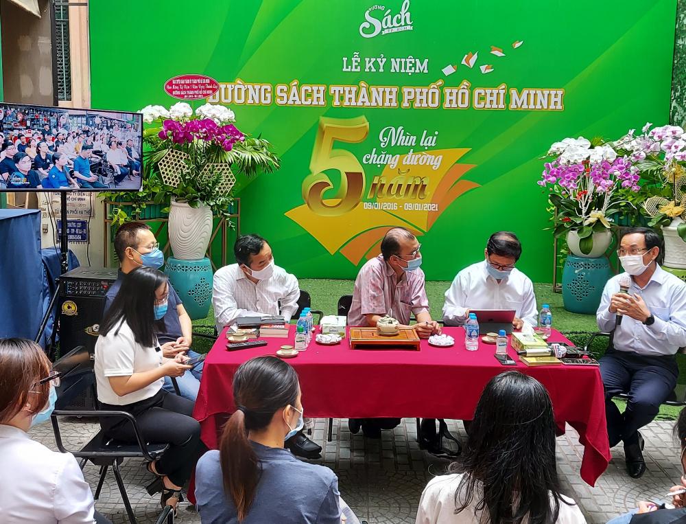 Bí thư Thành ủy TPHCM Nguyễn Văn Nên cùng tham gia họp giao ban với Ban Quản trị Đường Sách TPHCM.
