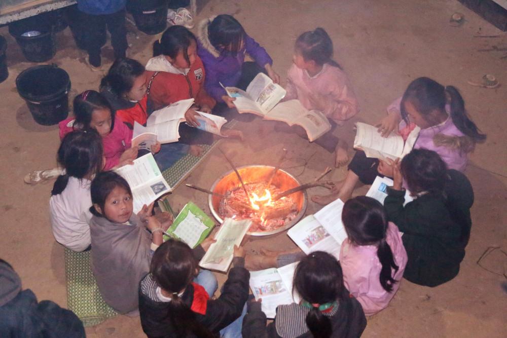 Học sinh Trường PTDTBT TH&THCS Nậm Càn quây quần học bài bên bếp lửa