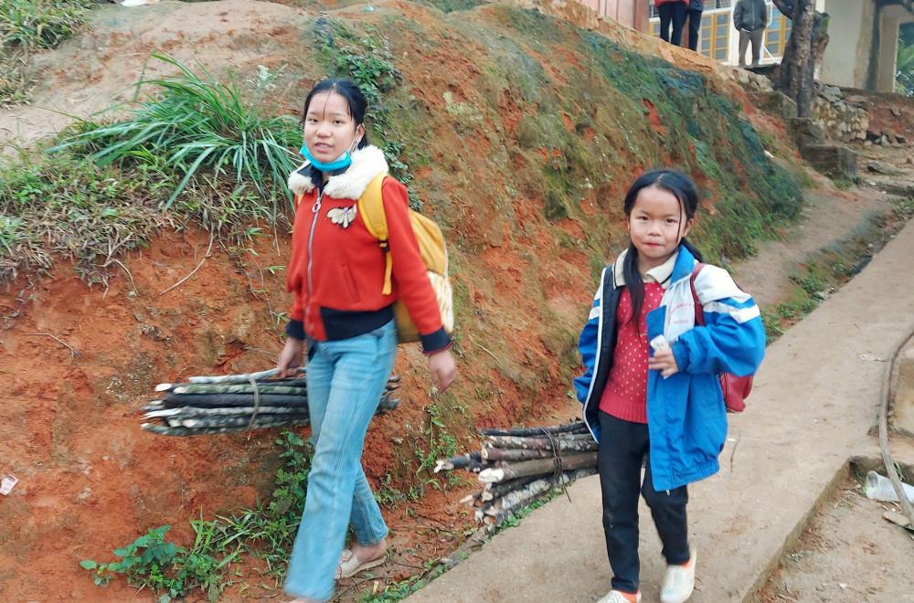 Học sinh mang theo củi đến trường học để sưởi ấm