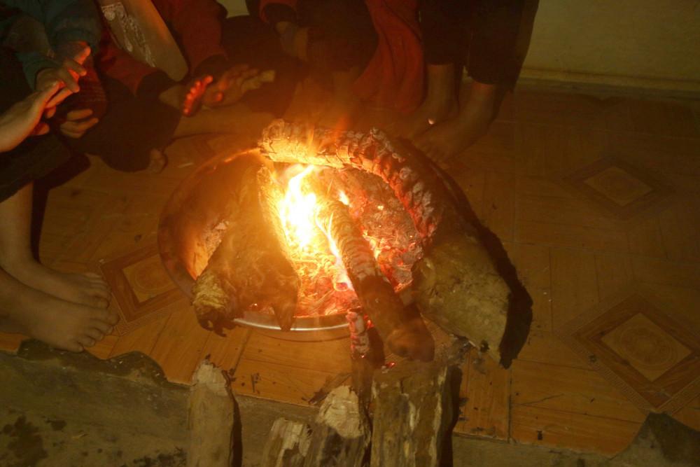 Những đôi tay, đôi chân trần của học sinh vùng cao được sưởi ấm bên bếp lửa