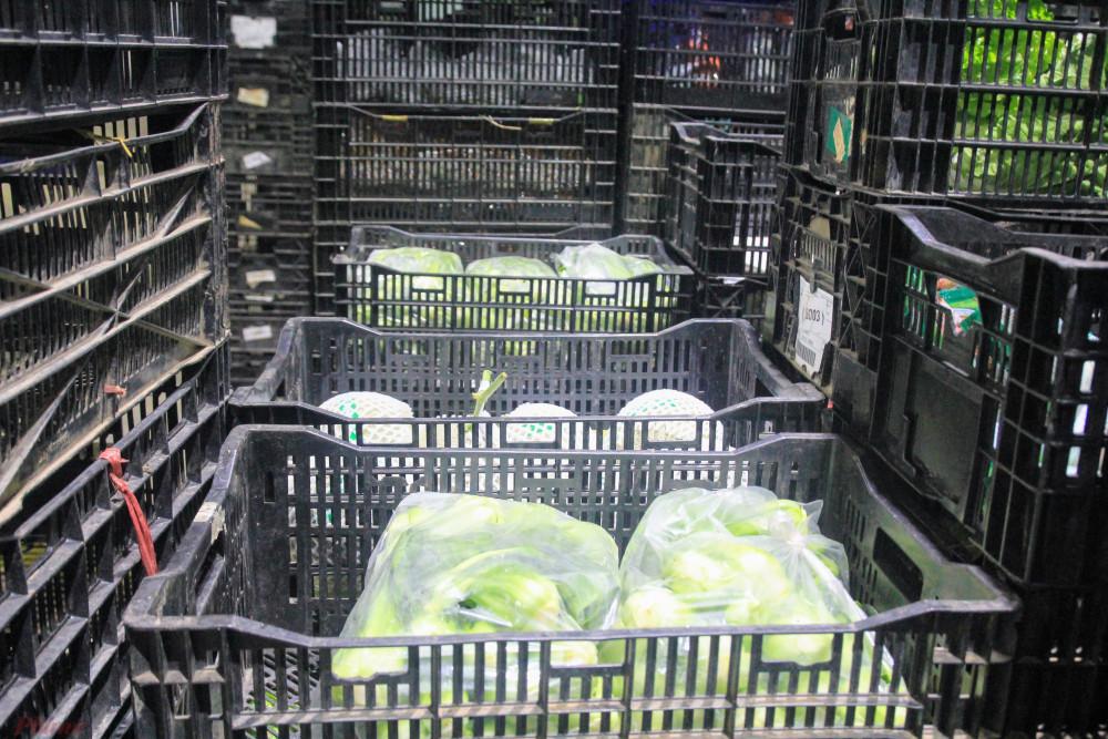 Rau, củ, quả hàng tươi sống được phân loạt tại kho.