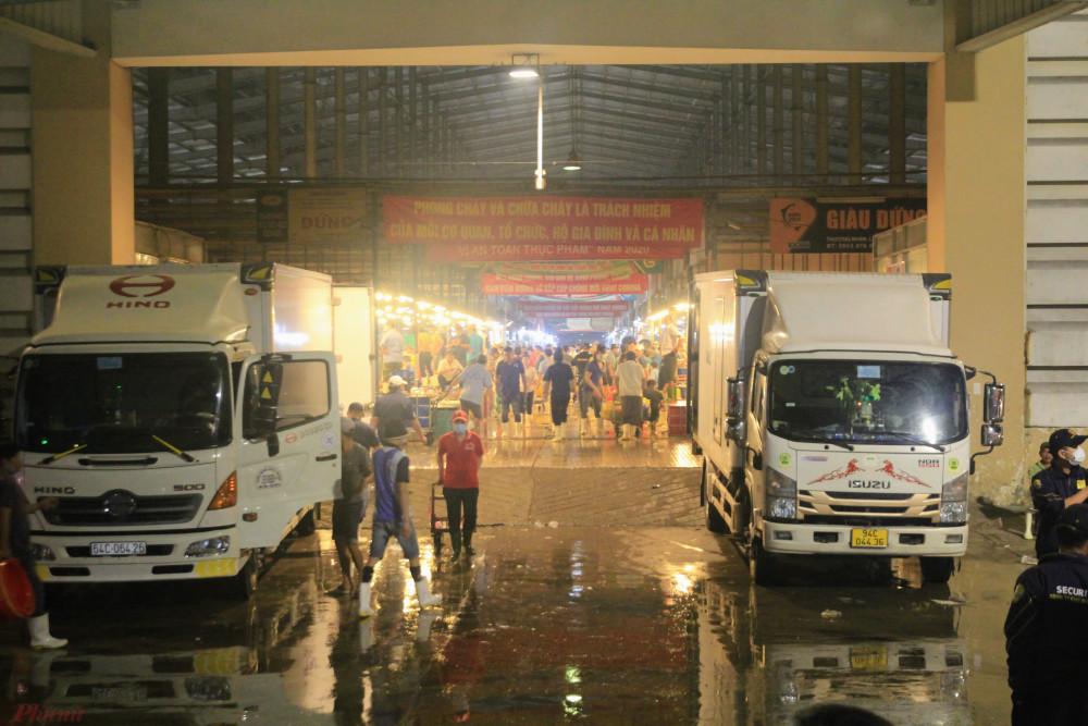 Sau khi làm việc tại kho trung tâm của Bách Hoá Xanh, Ban ATTP tiếp tục tiến hành làm việc, kiểm tra Tại chợ đầu mối Bình Điền khuya ngày 15/1 rạng sáng 16/1 Ban ATTP c