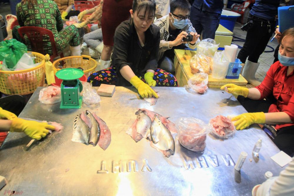 Ban ATTP tiến hành lấy mẫu cá thác lác kiểm tra nhanh hàn the tại chợ đầu mối Bình Điền.