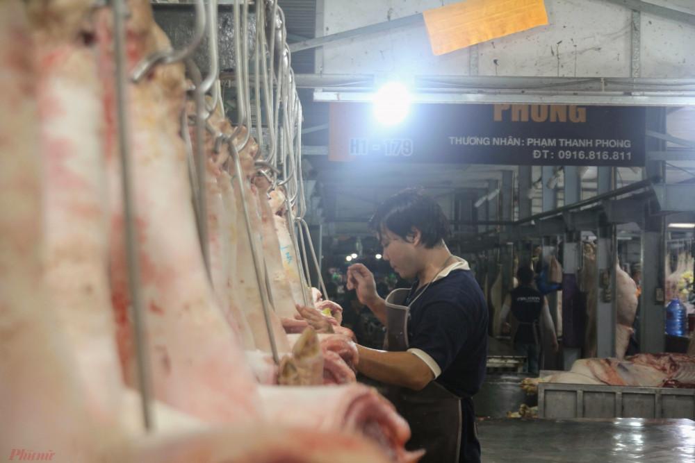 Tại một sạp thịt heo bên trong chợ đầu mối Bình Điền.