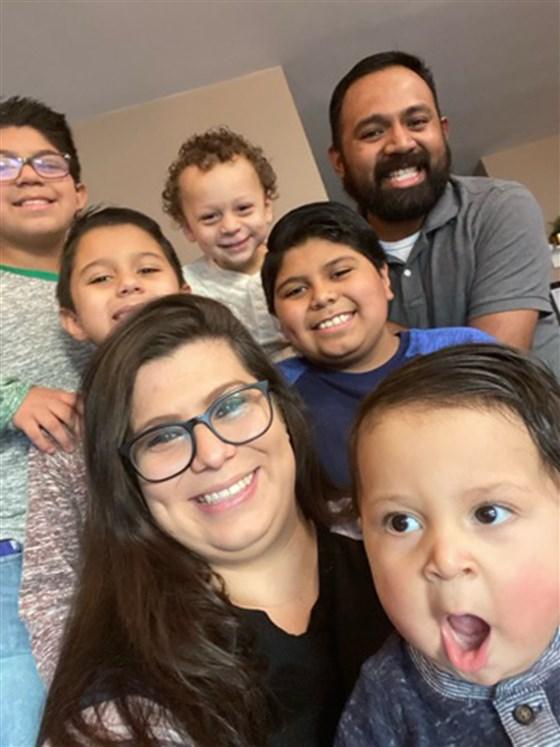 Ashley Gomez cùng chồng (góc phải, trên) và những cậu con trai của mình