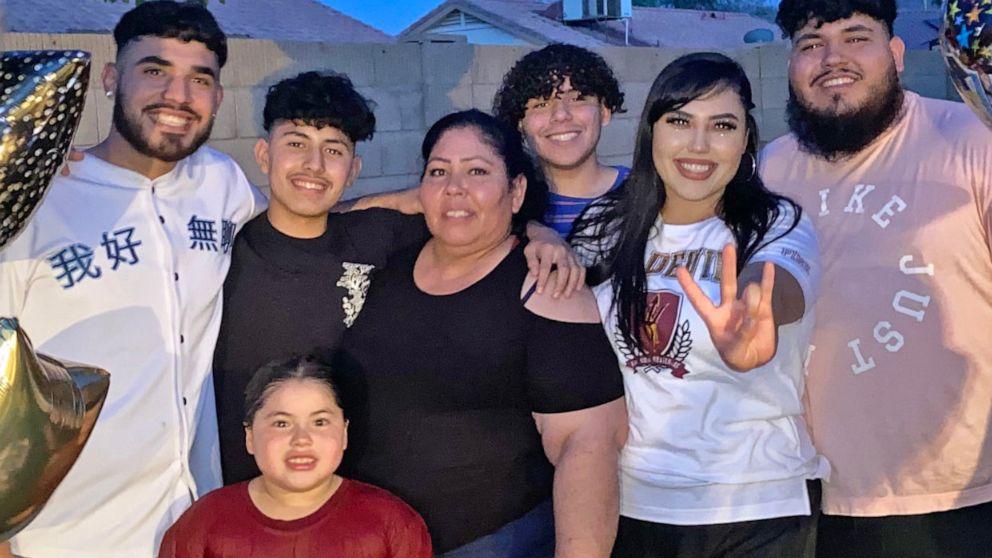 Bà Mayra Millan (giữa) và gia đình lớn của mình