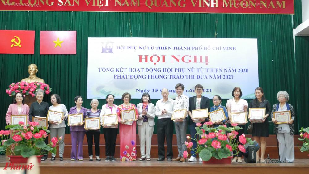 Tại hội nghị, Hội Phụ nữ từ thiện Thành phố đã tặng bảng tri ân đến các ân nhân và khen thưởng cho nhiều tập thể và cá nhân có đóng góp cho hoạt động Hội
