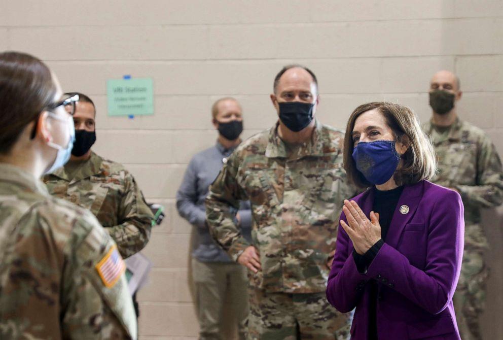 Thống đốc Oregon Kate Brown thăm các thành viên Lực lượng Vệ binh Quốc gia tại Phòng tiêm chủng COVID-19 Sở y tế hạt Marion Salem Health - Ảnh: AP/ Statesman-Journal