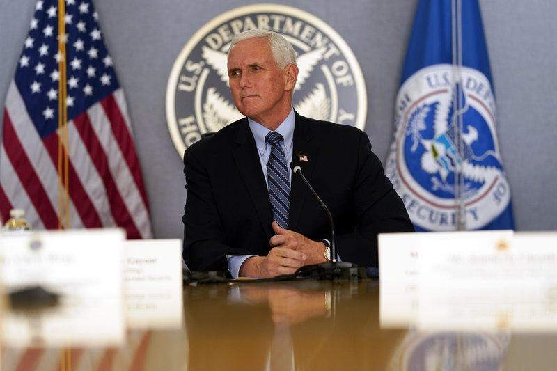 Phó Tổng thống Mike Pence lắng nghe trong cuộc họp báo về lễ nhậm chức sắp tới của Tổng thống đắc cử Joe Biden và Phó Tổng thống đắc cử Kamala Harris, tại trụ sở Cơ quan Quản trị Tình trạng khẩn cấp Liên bang (FEMA) ngày 14/1 - Ảnh: AP