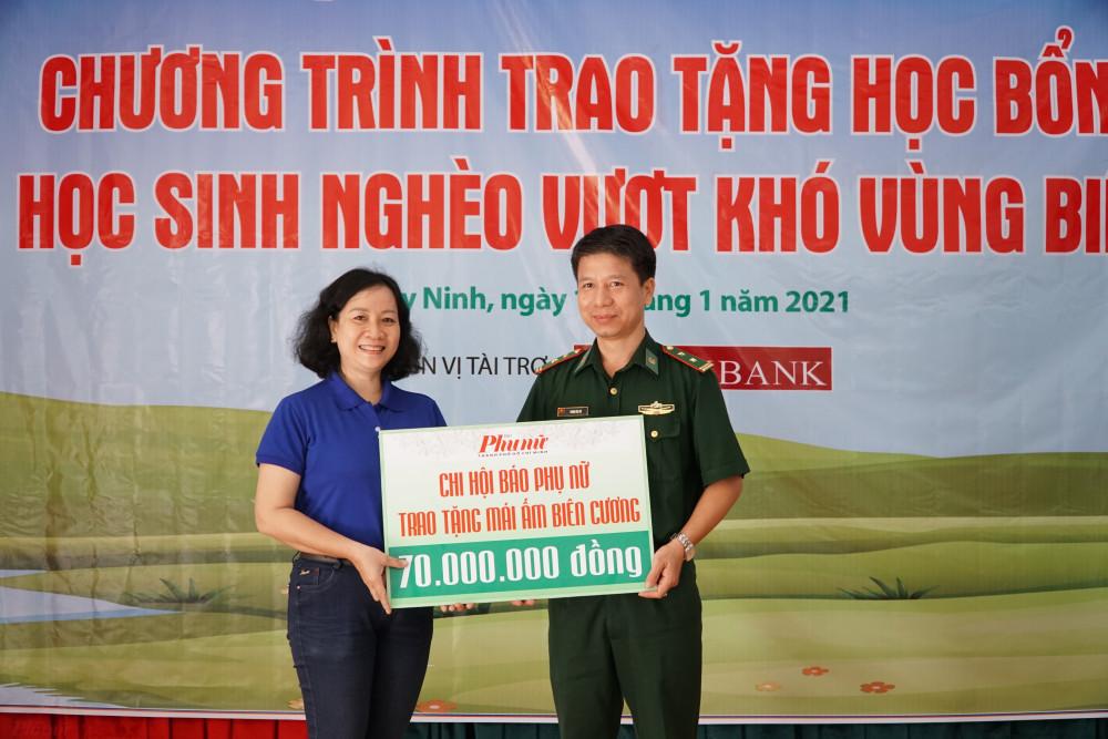 Đại diện Báo Phụ nữ TPHCM trao bảng tượng trưng số tiền 70 triệu đồng xây dựng mái ấm biên cương  năm 2021 cho lực lượng Biên phòng tỉnh Tây Ninh.