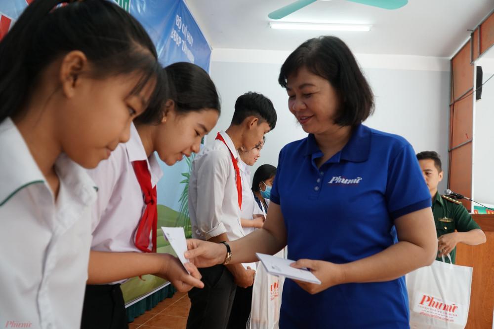 Bà Lý Việt Trung trao học bổng cho các em học sinh vùng biên có hoàn cảnh khó khăn.