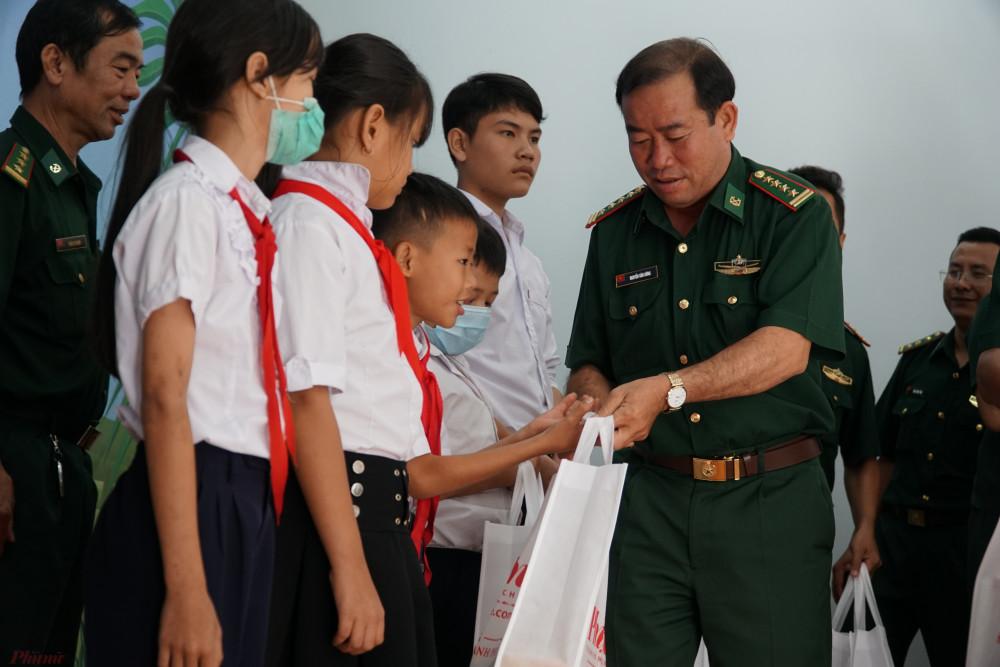 Đại tá Nguyễn Văn Dũng gửi tặng học bổng và phần quà của Báo Phụ nữ TPHCM đến các em học sinh vùng biên.