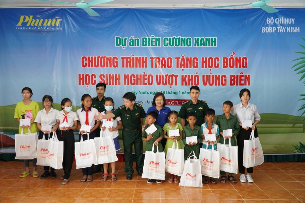 100 suất học bổng và quà tặng trị giá 110 triệu đồng đã được trao đến tay các em học sinh có hoàn cảnh khó khăn ở tỉnh Tây Ninh.