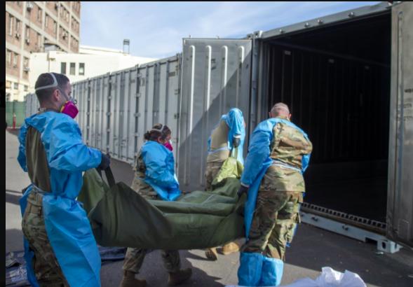 Bức ảnh này do Phòng Giám định Y tế Hạt LA cung cấp cho thấy Vệ binh Quốc gia hỗ trợ xử lý các trường hợp tử vong do Covid-19 và đưa chúng vào kho tạm thời tại Văn phòng Giám định Y tế Hạt LA ở Los Angeles vào Thứ Ba, ngày 12 tháng 1 năm 2021 tại Los Angeles. Hơn 500 người chết mỗi ngày ở California vì coronavirus. Số người chết đã khiến các quan chức bang gửi thêm xe kéo lạnh cho chính quyền địa phương để đóng vai trò là nhà xác tạm thời. Các quan chức tiểu bang cho biết hôm thứ Sáu họ đã giúp phân phối 98 xe kéo lạnh để giúp các nhân viên điều tra quận lưu trữ xác chết. (Cục Giám định Y tế Hạt LA qua AP)