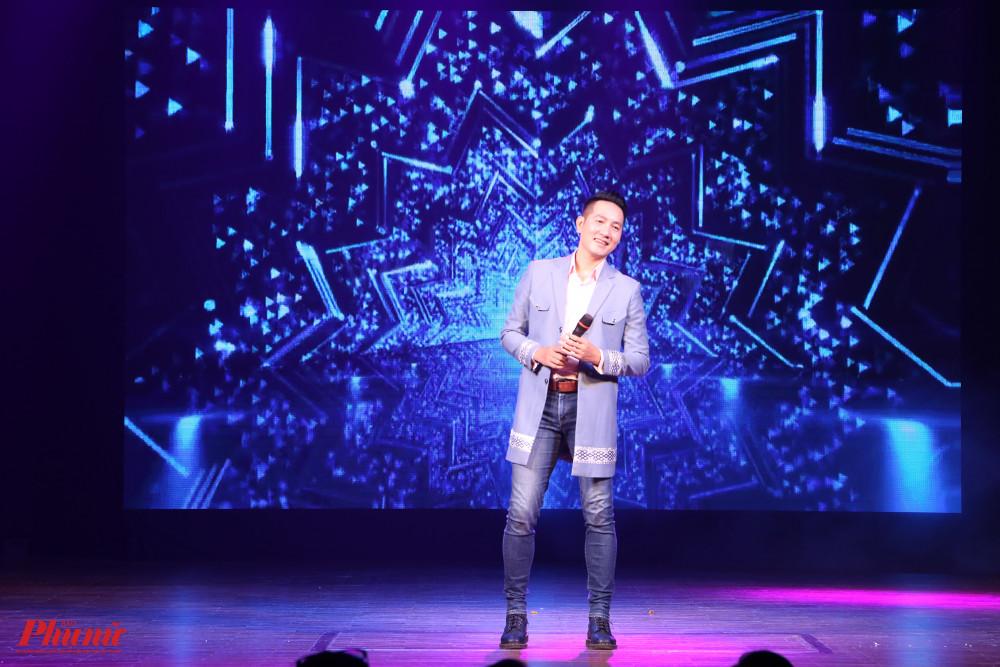 Ca sĩ Nguyễn Phi Hùng chốt màn đêm diễn với ca khúc Điệp khúc mùa xuân. Anh nói luôn sẵn sàng tham gia các chương trình thiện nguyện với mong muốn được chung tay góp sức để hỗ trợ những hoàn cảnh khó khăn.