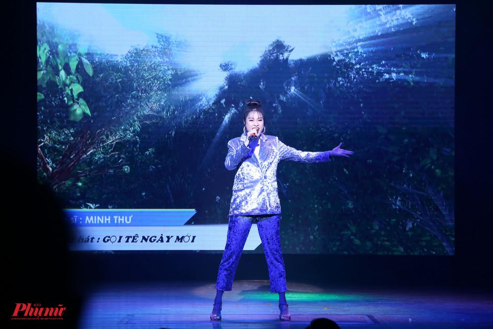 Minh Thư mang đến bầu không khí mới mẻ với những giai điệu sôi động trong Gọi tên ngày mới, một sáng tác của Khắc Hưng.