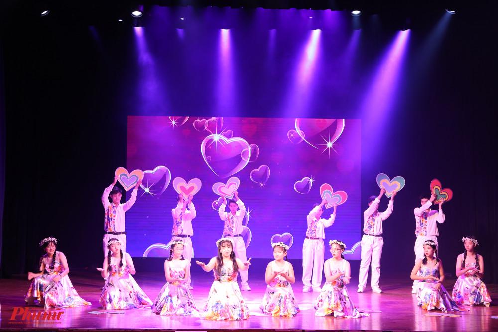 Các em học sinh của trường Hy Vọng cũng mang đến tiết mục múa ý nghĩa.