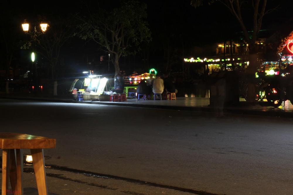 20g30, khu vực ngã tư đến chợ đêm đã vắng lặng. Tất cả người bán đã vội vàng đẩy xe hàng về từ 20g. Không gian tĩnh lặng đến đáng sợ.