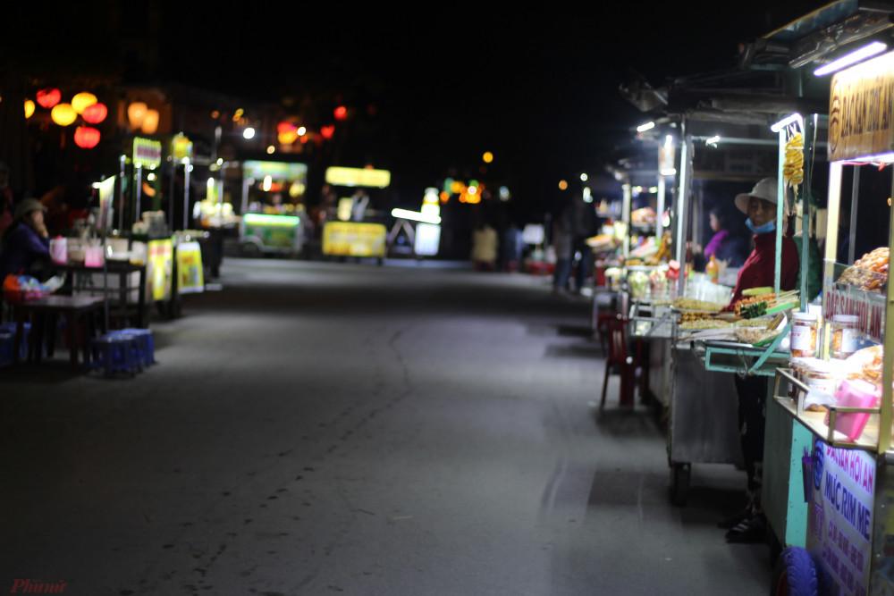 Khu vực chợ đêm phố cổ Hội An không một bóng du khách khi chúng tôi đến.