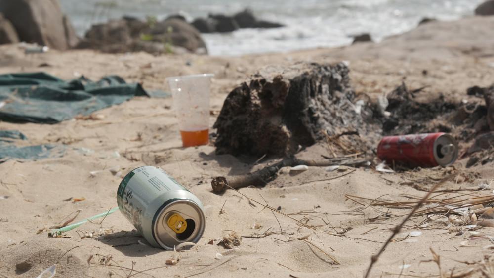 Lon bia du khách dùng xong vứt lăn lóc trên bờ cát
