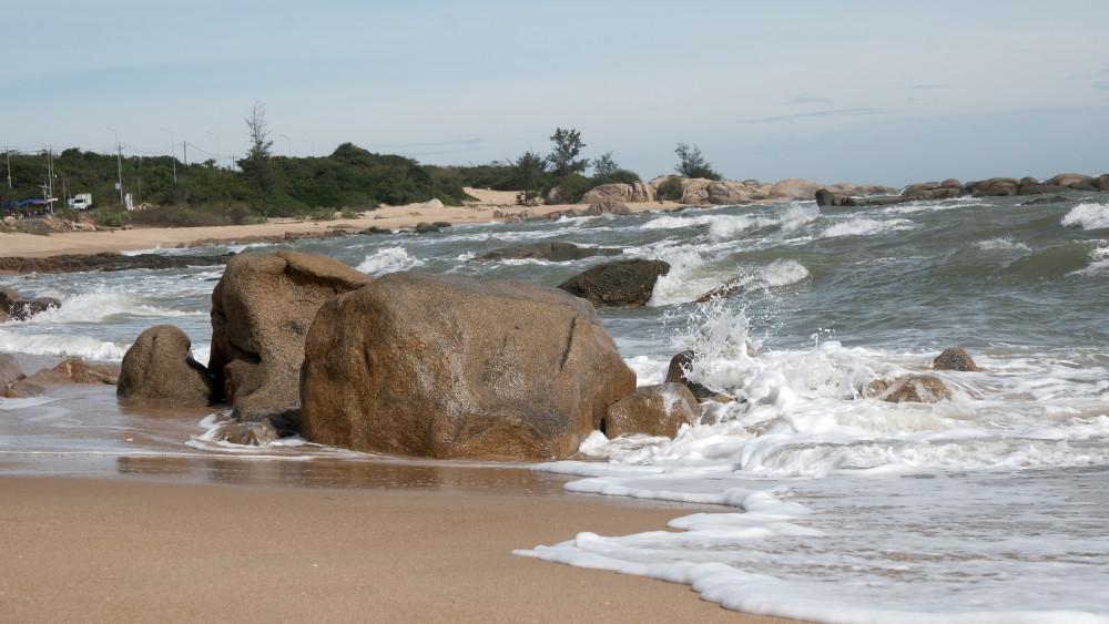 Cảnh biển hoang sơ thật thơ mộng của bãi biển dọc ven Hồ Cốc