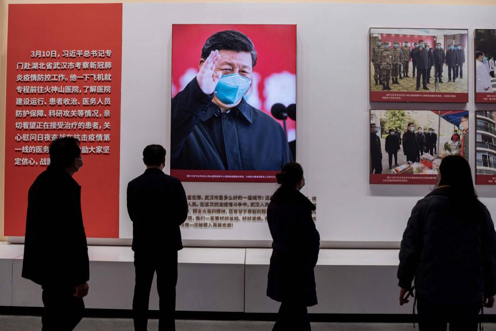 Người dân tham quan một cuộc triển lãm về cuộc chiến chống lại COVID-19 của Trung Quốc, tại một trung tâm hội nghị mà trước đây là bệnh viện dã chiến dành cho bệnh nhân COVID-19 ở Vũ Hán, Trung Quốc
