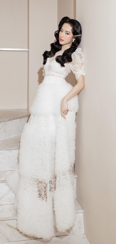 Vì từng nhiều lần đầu tư trang phục cầu kỳ nên khi xuất hiện với bộ váy màu trắng tinh khôi, mái tóc đen tuyền, cách trang điểm tự nhiên, người đẹp khiến khán giả khá bất ngờ vì cô không... chiêu trò?