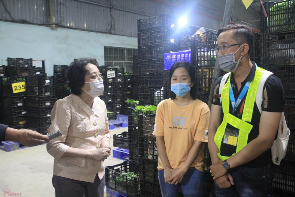 Bà Phạm Khánh Phong Lan (trái) đang kiểm tra kho hàng nông sản của một chuỗi cửa hàng bách hoa vào đêm qua 15/1. Ảnh: Quốc Thái