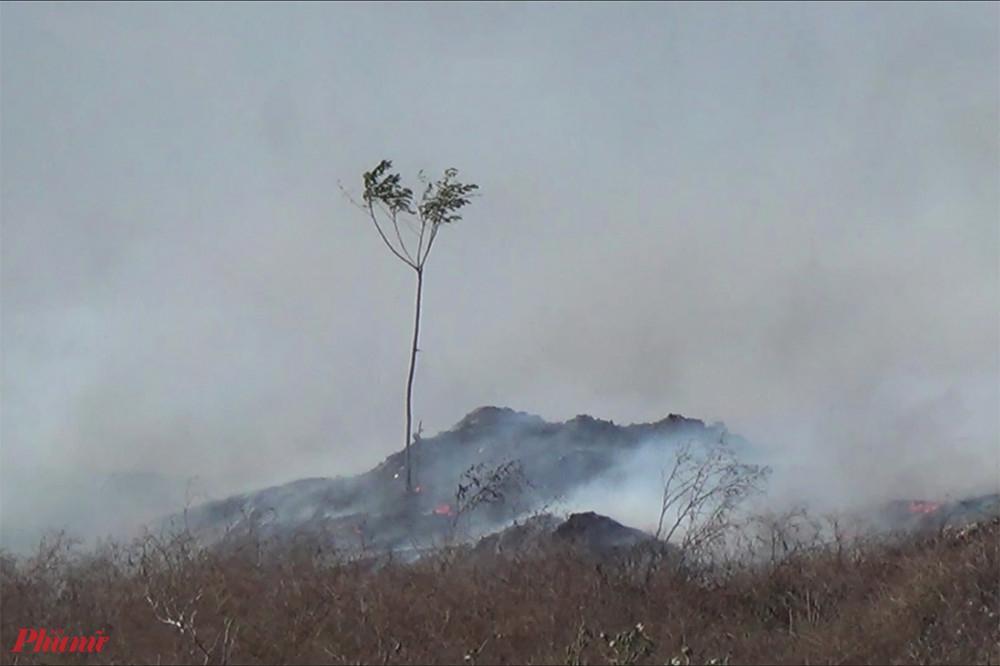Bãi rác nhiều lần xảy ra tình trạng cháy, khói nghi ngút mùa nắng nóng