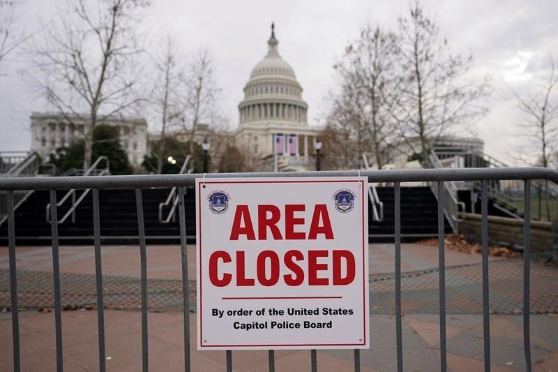 Cảnh sát Capitol đã bắt giữ một người mang vũ khí và giấy tờ giả tìm cách đột nhậm vào khu vực được bảo vệ an ninh chặt chẽ quanh tòa nhà Quốc hội Mỹ - Ảnh: Getty Images