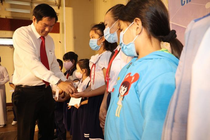150 em học sinh được nhận học bổng là con công nhân khó khăn, con gia đình chính sách