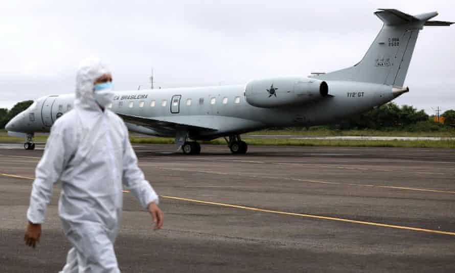 Cầu hàng không đang được thiết lập để di chuyển bệnh nhân mắc COVID-19 tại bang Amazonas đến các địa phương khác - Ảnh: Bruno Kelly/Reuters