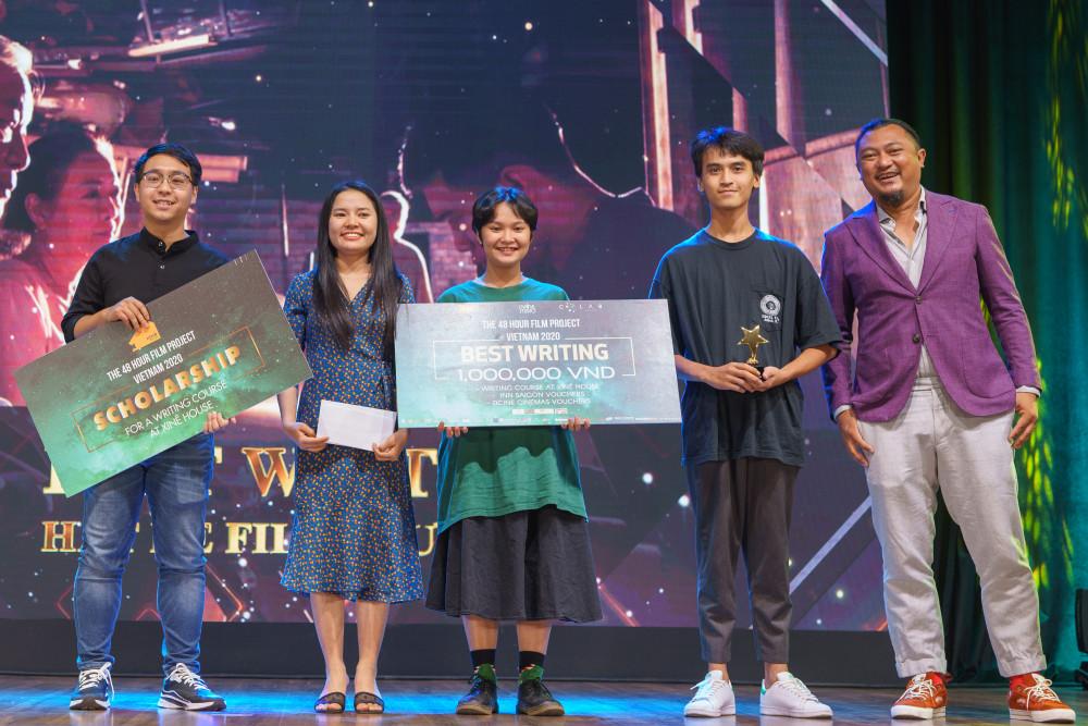 Đạo diễn Phan Gia Nhật Linh (góc phải) trao giải Biên kịch phim xuất sắc nhất.
