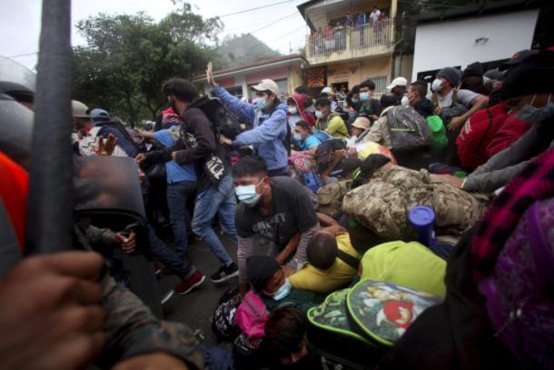 """Francisco Garduño Yáñez, người đứng đầu Viện Nhập cư Quốc gia Mexico, cho biết trong một tuyên bố hôm thứ Sáu rằng đất nước của ông phải """"đảm bảo lãnh thổ quốc gia của chúng ta"""" và kêu gọi """"một cuộc di cư có trật tự, an toàn và hợp pháp, tôn trọng nhân quyền và các chính sách nhân đạo"""".  Hôm thứ Tư, Hội nghị Khu vực 11 quốc gia về Di cư """"bày tỏ lo ngại về việc những người di cư không thường xuyên tiếp xúc với các tình huống có nguy cơ cao đối với sức khỏe và tính mạng của họ, chủ yếu trong trường hợp khẩn cấp về sức khỏe"""".  Hôm thứ Năm, các quan chức Mexico cho biết họ đã thảo luận về vấn đề di cư với Tổng thống đắc cử Mỹ Joe Biden về việc lựa chọn cố vấn an ninh quốc gia, Jake Sullivan, và nêu ra """"khả năng thực hiện một chương trình hợp tác phát triển miền bắc Trung Mỹ và miền nam Mexico, để đáp lại cuộc khủng hoảng kinh tế do đại dịch và những trận cuồng phong gần đây gây ra trong khu vực. """""""
