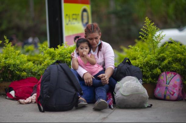 """Mainor Garcia, một lao động 19 tuổi đến từ San Pedro Sula, mang theo một chiếc ba lô màu tím khi đi dọc đường cao tốc vào đầu ngày thứ Sáu. Anh ấy nói rằng anh ấy sợ hãi về cuộc hành trình, nhưng sẵn sàng mạo hiểm. """"(Bão) Eta và Iota đã phá hủy tất cả các ngôi nhà của chúng tôi,"""" anh nói."""