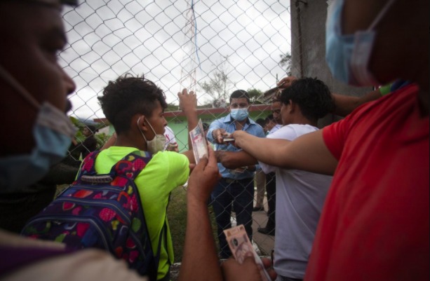 Những người di cư Honduras đang cố gắng vượt qua Guatemala để đến Mexico, được thúc đẩy bởi tình trạng nghèo đói ngày càng trầm trọng và hy vọng được đón tiếp nồng nhiệt hơn nếu họ có thể đến được biên giới Hoa Kỳ. Tuy nhiên, một số nỗ lực thành lập đoàn lữ hành trước đây đã bị Mexico, Guatemala và Honduras phá vỡ.