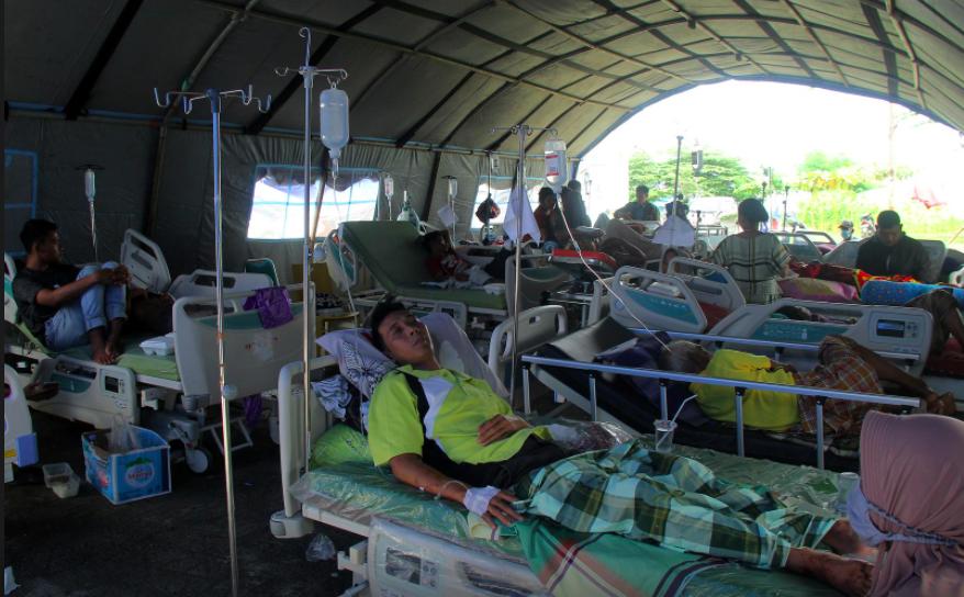 Những người bị thương may mắn được cứu sống đang nằm điều trị ở bệnh viện dã chiến gần nơi xảy ra trận động đất