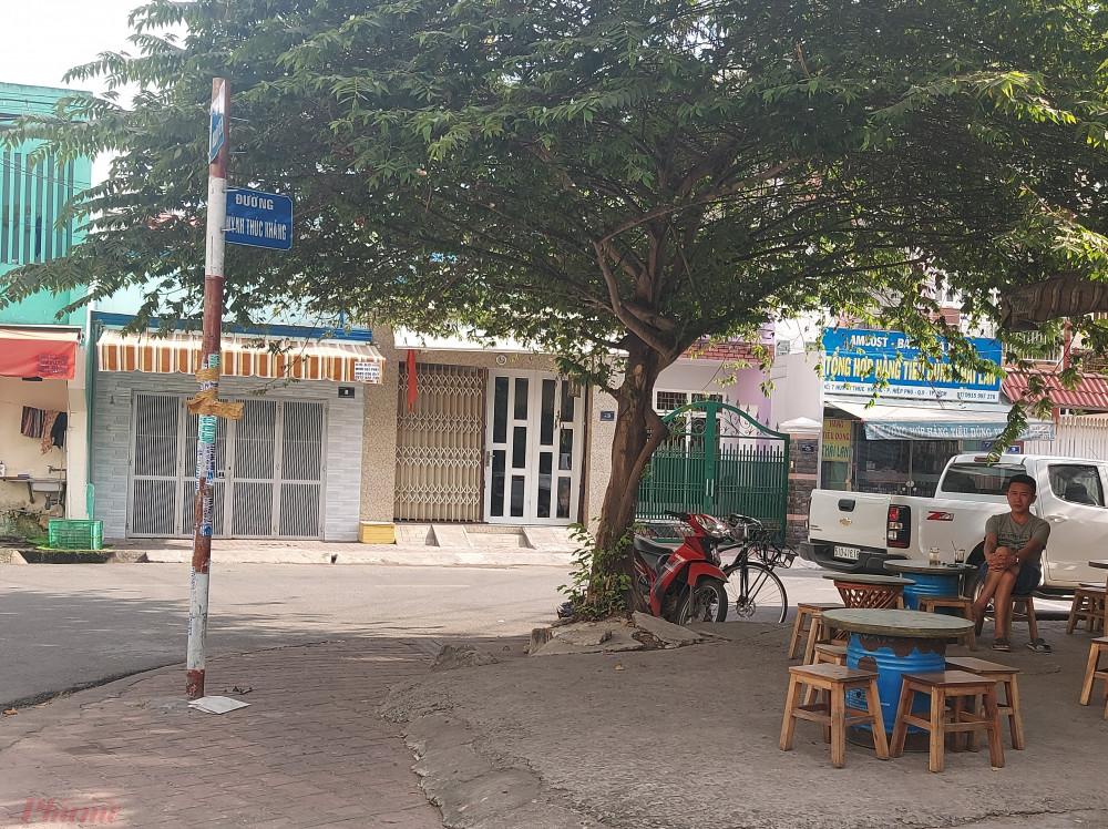 Sau phản ánh của Báo Phụ nữ TPHCM, bảng tên đường này Huỳnh Thúc Kháng đã lộ thiên.