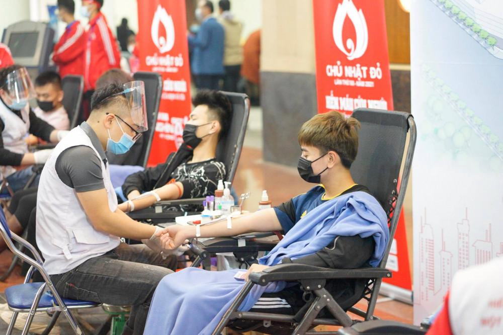Thời tiết mưa rét không ngăn được sinh viên Hà Nội tham gia lễ hội hiến máu cứu người