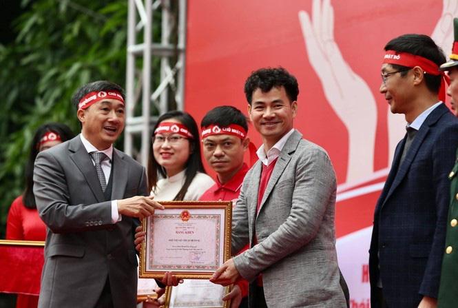 Nghệ sĩ Xuân Bắc được trao bằng khen vì lan tỏa thông điệp hiến máu tới đông đảo giới trẻ