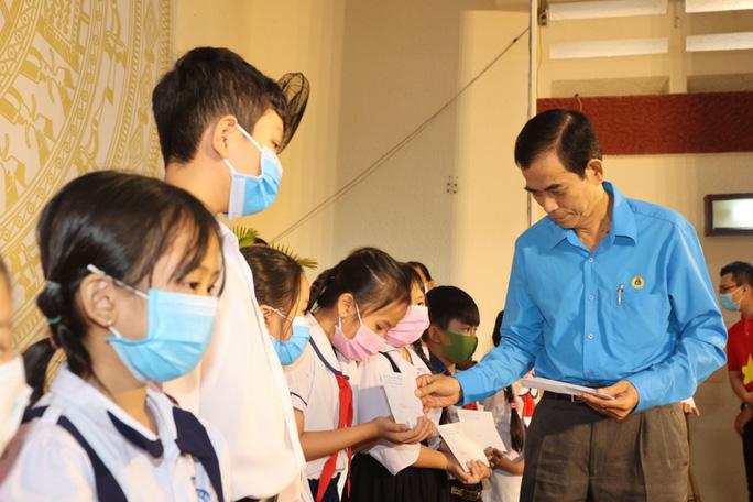 Đại diện các đơn vị trao học bổng cho các em học sinh