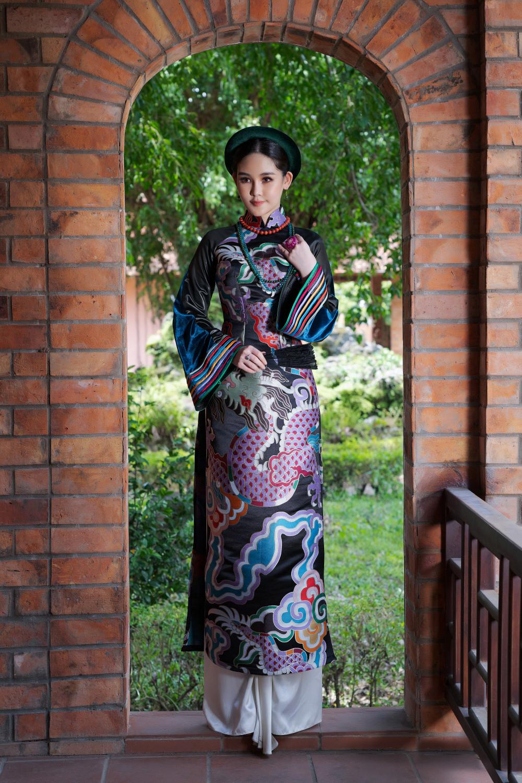 Rũ bỏ phong cách gợi cảm và hiện đại thường thấy, khoác trên mình tà áo dài truyền thống, lấy cảm hứng từ nét đẹp văn hóa đặc trưng của người phụ nữ Bắc Kỳ và Nam Kỳ ngày xưa, nàng hậu đã mang đến một hình ảnh hoàn toàn khác.