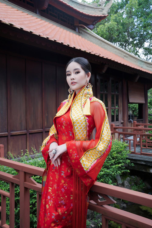 Hoa hậu Đại Dương Lê Âu Ngân Anh khoe vẻ đẹp dịu dàng trong bộ sưu tập Đàng ngoài - Đàng trong NTK Võ Việt Chung dành riêng cho màu Tết 2021.