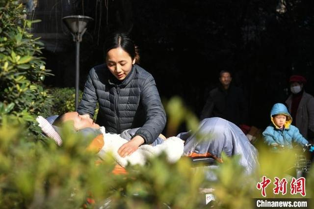 Sau khi Bành Á Lâu bị tai nạn khí gas, anh rơi vào hôn mê sâu. Lưu Ninh đã luôn ở bên cạnh chăm sóc anh trong suốt hơn 3 năm. Ảnh Chinanews