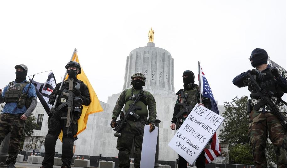 Một nhóm biểu tình chống chính phủ có vũ trang tập trung trước tòa nhà lập pháp bang Oregon hôm 17/1