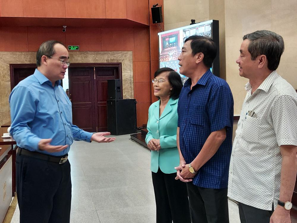 Ông Nguyễn Thiện Nhân trao đổi với các đại biểu tại Hội nghị.