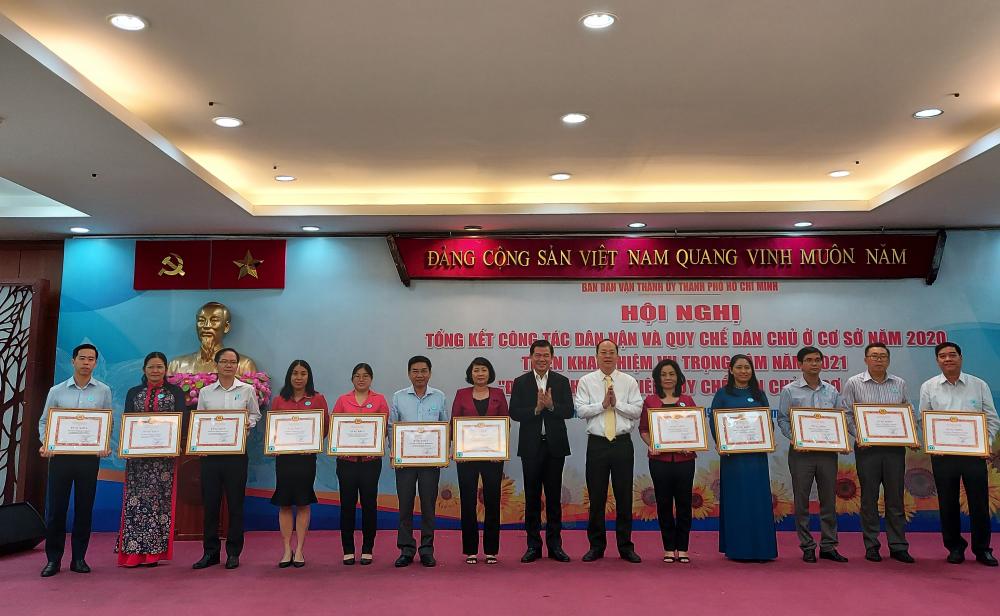 Dịp này, Thành ủy, Ban Dân vận Thành ủy TPHCM khen thưởng nhiều tập thể, cá nhân có nhiều đóng góp cho công tác dân vận trong năm 2020.