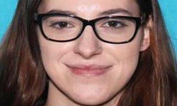 Riley June Williams bị buộc tội xâm phạm bất hợp pháp tòa nhà Quốc hội Mỹ. Một người tự xưng là người tình cũ của Williams cho biết anh ta đã xem đoạn video quay cảnh cô lấy máy tính xách tay của bà Nancy Pelosi - Ảnh: FBI/Reuters