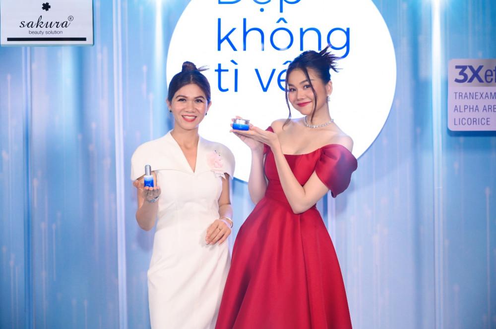 Bà Trương Thị Nguyệt - Tổng giám đốc Công ty TNHH Sakura Beauty Việt Nam và đại sứ thương hiệu - siêu mẫu Thanh Hằng trong buổi ra mắt bộ đôi sản phẩm trị nám